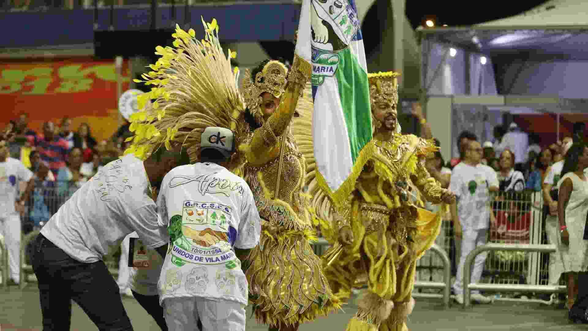 Porta bandeira perde saia durante desfile da Vila Maria - Ricardo Matsukawa/UOL