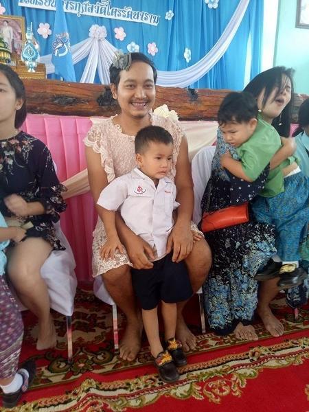 """Chatchai """"Sam"""" Panuthai decidiu usar o vestido para que os filhos pudessem comemorar o dia das mães com as outras crianças - Reprodução/Facebook"""