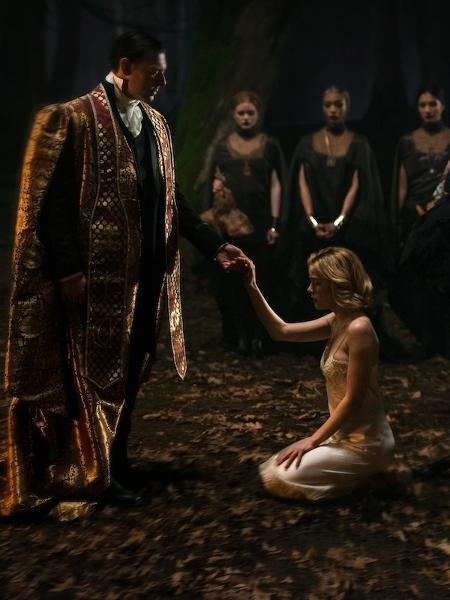"""Sabrina (Kiernan Shipka) em seu batismo sombrio em """"O Mundo Sombrio de Sabrina"""", da Netflix - Diyah Pera/Netflix"""