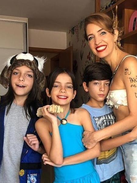 Poliana Abritta posa ao lado dos filhos trigêmeos - Reprodução/Instagram