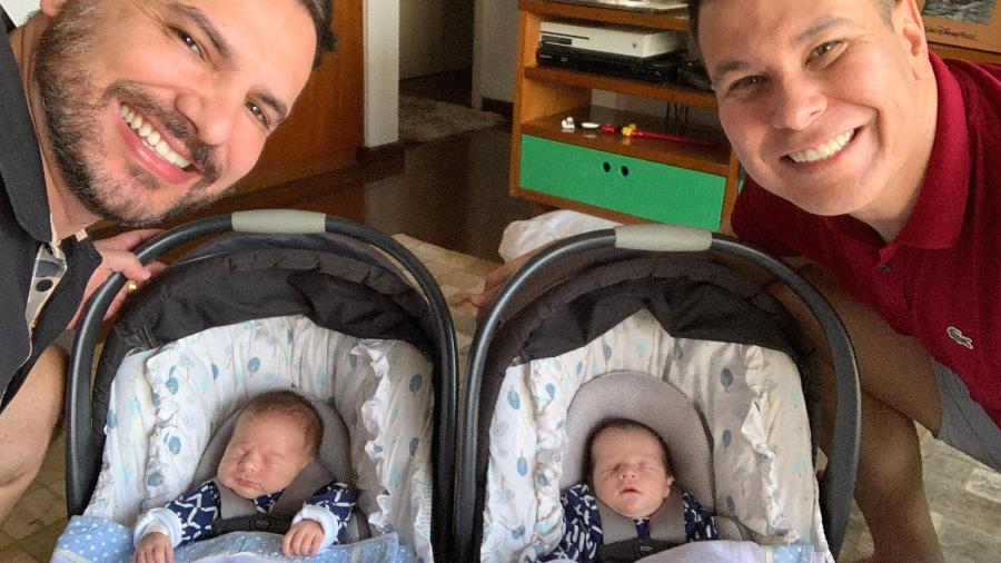 O casal Marco Bianco e Everton Lopes com os bebês, Theo e Thomás - Arquivo pessoal