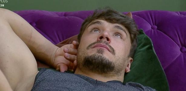 A Fazenda 2019   Viny faz massagem em Hari; Lucas fica pensativo