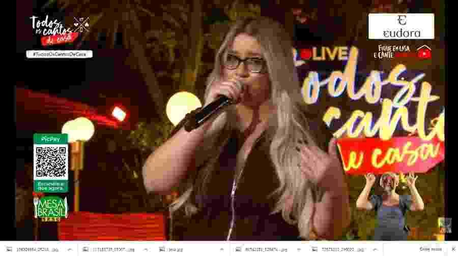 Marília Mendonça em sua live musical: artista foi acusada de transfobia por piada - Reprodução/Instagram