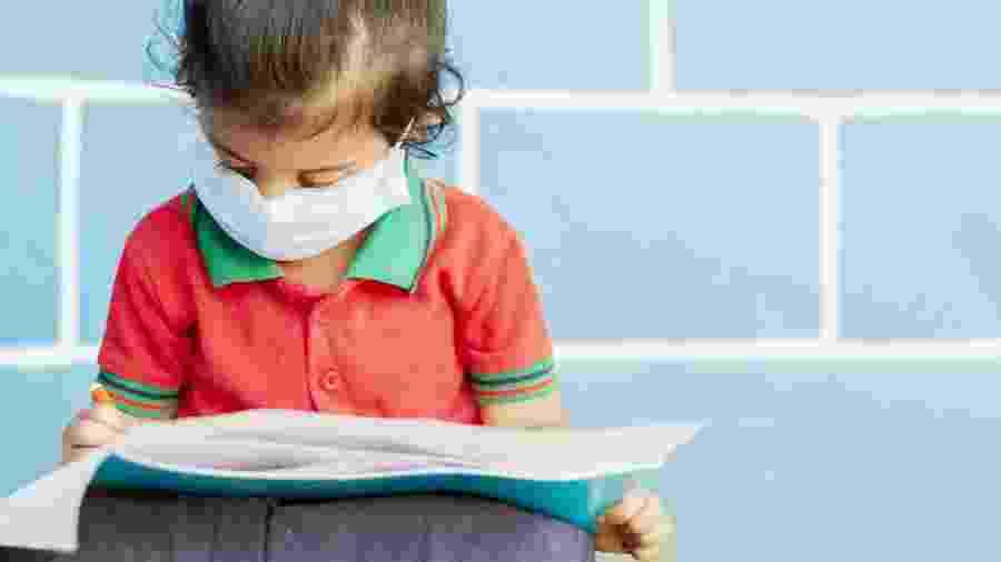 Criança na escola pandemia coronavírus - iStock
