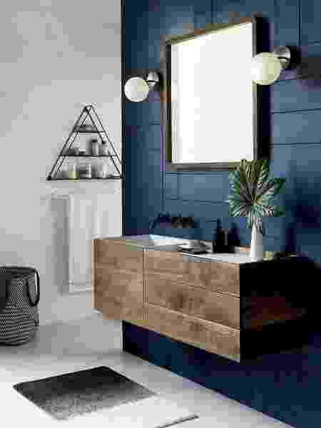 Banheiro com parede azul como plano de fundo para o espelho e a pia - Reprodução/Pinterest - Reprodução/Pinterest