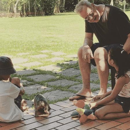 Luiz Fernando Guimarães e o marido adotaram duas crianças neste ano - Reprodução / Instagram