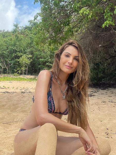 Patrícia Poeta posa de biquíni na areia - Reprodução / Instagram