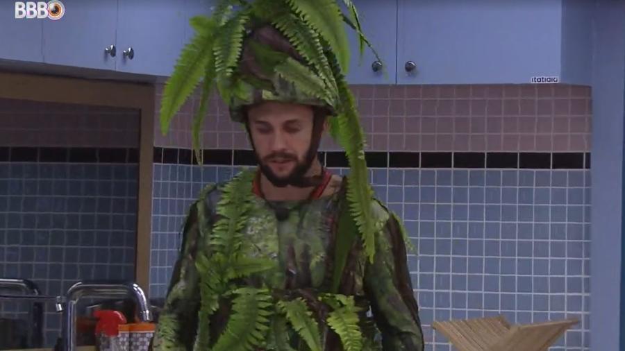 BBB 21: Arthur bebe água na xepa após ser retirado do vip - Reprodução/ Globoplay