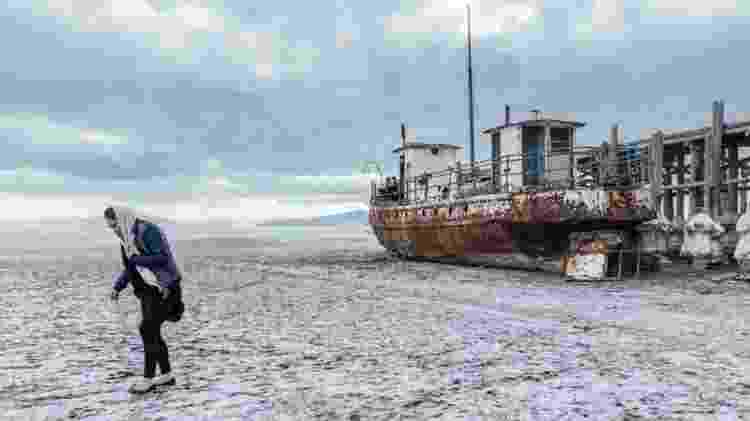 O leito seco do lago é fonte de poeira salgada que pode ser convertida por fortes ventos em tempestades de areia - Solmaz Daryani - Solmaz Daryani