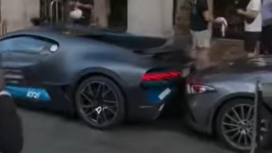 Bugatti Divo bate em Mercedes-Benz CLS na frente de hotel em Paris - Reprodução