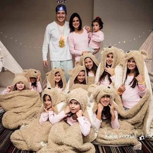 19.jun.2015 - Rodrigo Faro apareceu de pijama durante uma festa promovida por sua mulher, Vera Viel, para comemorar o aniversário das filhas mais velhas, Clara e Maria, na noite desta sexta-feira. Na foto divulgada por Vera, o apresentador posou com sua família rodeado pelas amiguinhas das meninas