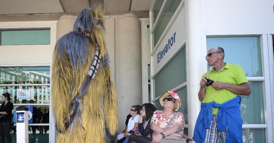 9.jul.2015 - Homem se fantasia de Chewbacca, de Star Wars, na Comic-Con, em San Diego, na Califórnia
