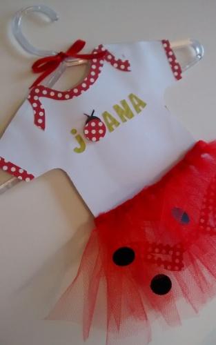 Body Joana feito em papel e tule, da Mimos e Afins (www.mimosafins.blogspot.com.br). A peça mede 28 cm por 33 cm. R$ 180. Preço pesquisado em agosto de 2015 e sujeito a alterações