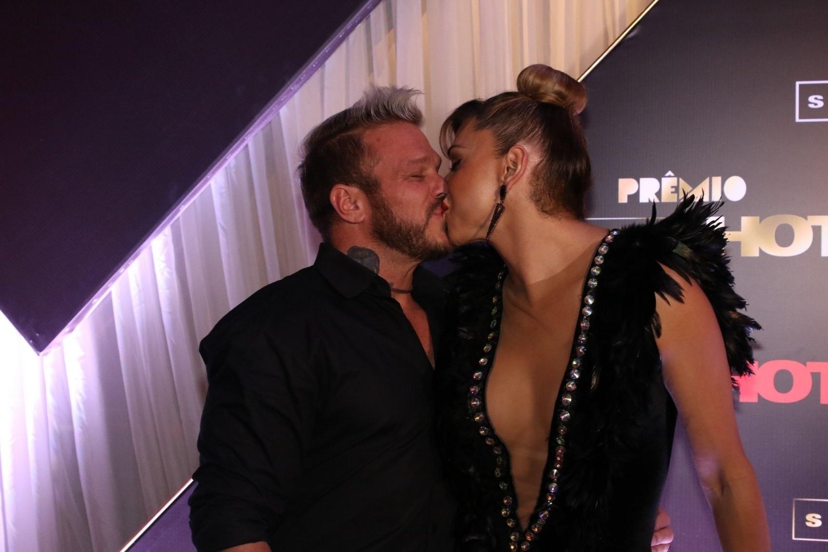 18.ago.2015 - Leo Áquila beija o noivo Chico Campadello no prêmio Sexy Hot, dedicado a reconher as melhores produções eróticas brasileiras