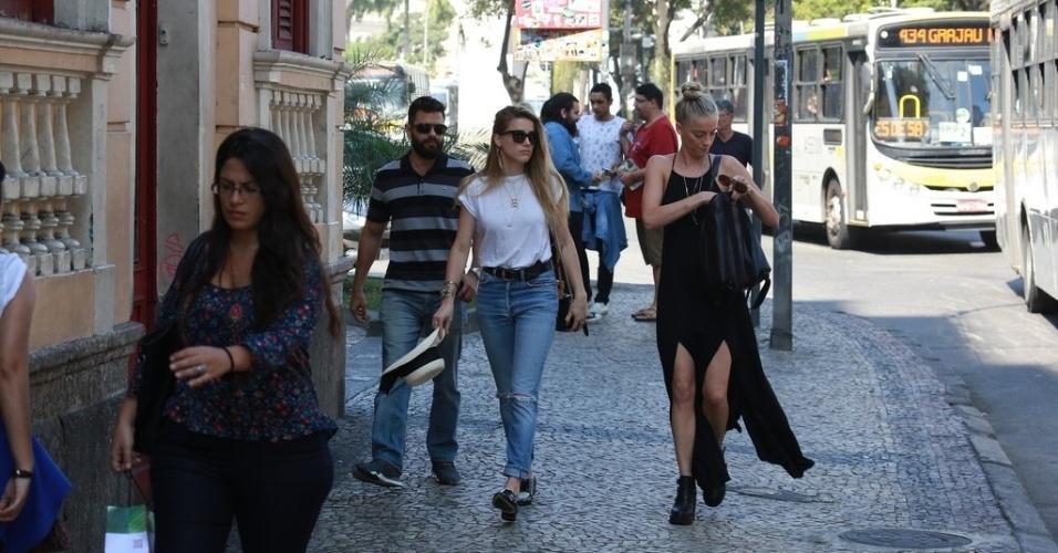 22.set.2015 - A atriz Amber Heard (de calça jeans e blusa branca) aproveitou o final da tarde desta terça-feira (22) para passear pelas ruas do Rio. O noivo Johnny Depp ficou no hotel em Copacabana. Ele e os outros integrantes da banda Hollywood Vampires, Alice Cooper e Joe Perry, já estão na Cidade Maravilhosa para o show no Rock In Rio