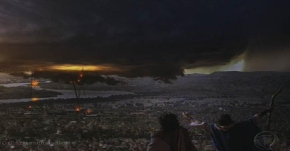 """8.out.2015 - Bolas de fogo caem do céu após Moisés (Guilherme Winter) invocar a sétima praga em """"Os Dez Mandamentos"""""""