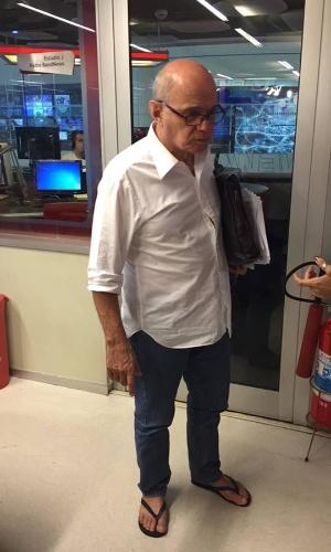 26.dez.2015 - Um dia depois do Natal, o jornalista Ricardo Boechat comparece ao estúdio da rádio BandNews usando chinelos