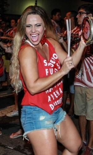 14.jan.2015 - Rainha de Bateria do Salgueiro, Viviane Araújo caiu no samba na noite desta quinta-feira durante ensaio de rua da escola