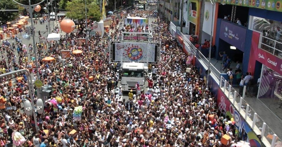 Trio Algodão Doce, com Carla Perez, faz a alegria dos foliões em Salvador
