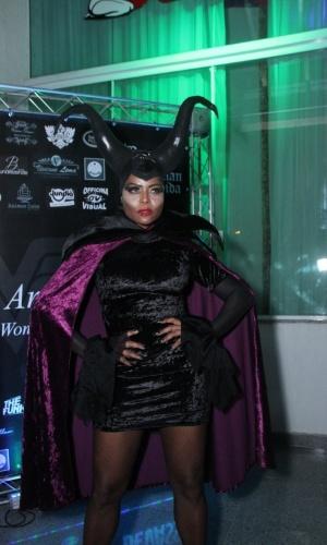 1.abr.2016 - Adriana Bombom se veste de Malévola para comparecer à festa de 41 anos de Viviane Araújo