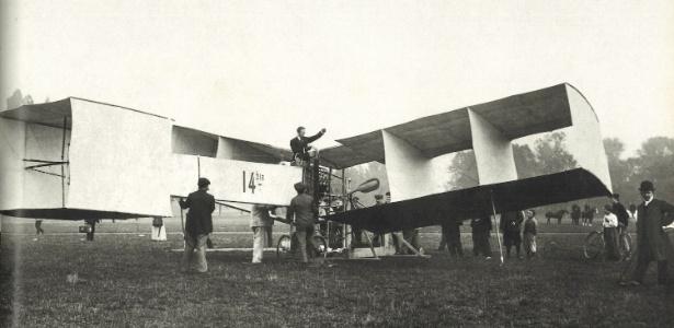 Fotografia do avião 14-Bis, criação de Santos Dumont - Divulgação