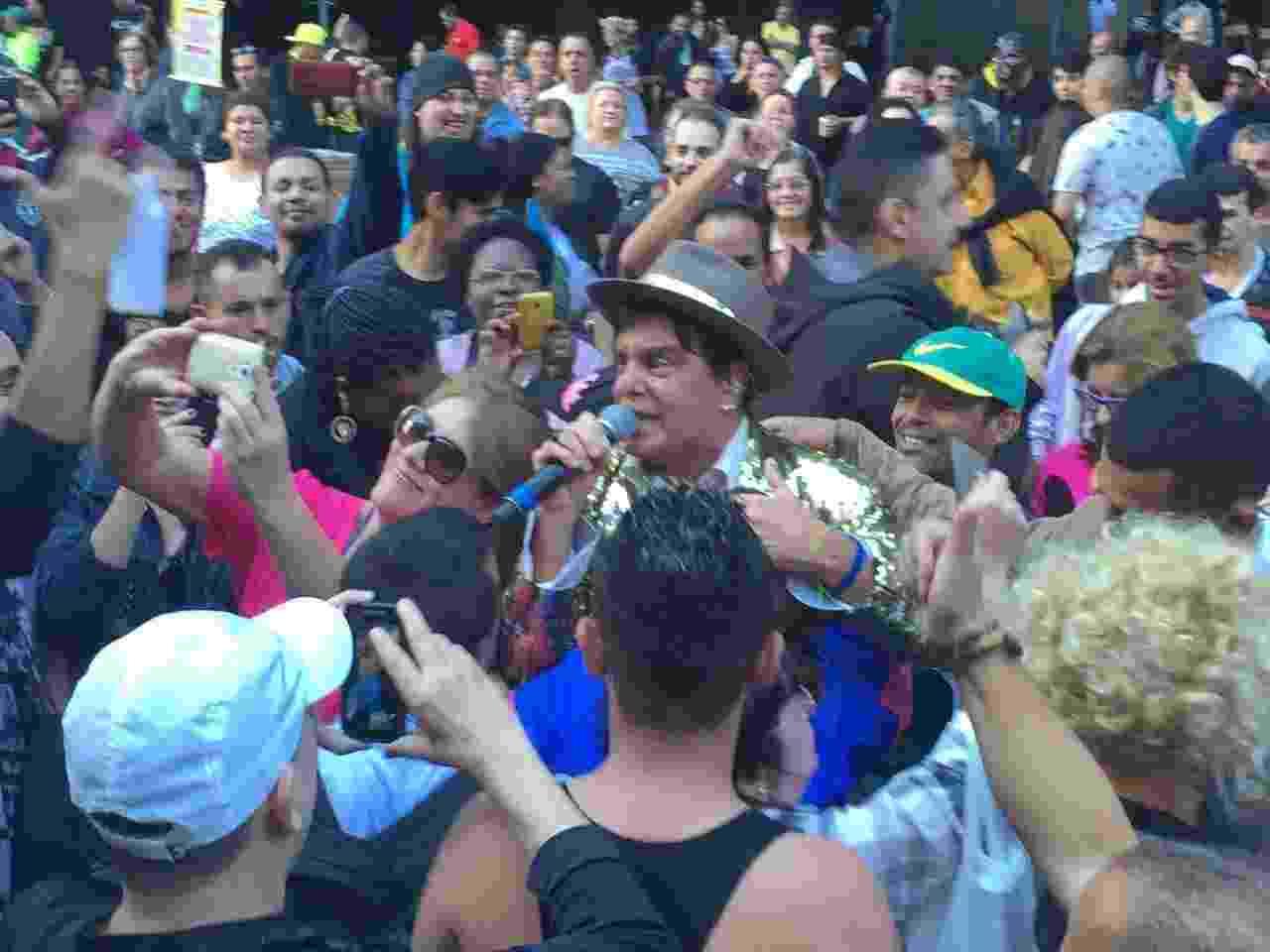 Vocalista do Trio Los Angeles, Márcio Mendes é assediado por fãs na Virada Cultural - Felipe Branco Cruz/UOL