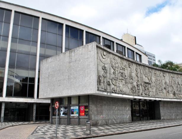 História da fachada do teatro, feita pelo artista paranaense Poty Lazzarotto, é uma das  curiosidades do tour guiado - Divulgação