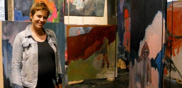 Luiza Gottschalk posa com suas telas expostas em galeria no centro de São Paulo - Erico Marmiroli/Divulgação