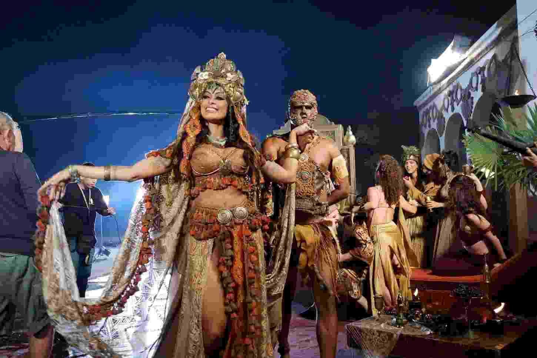 """10.dez.2016 - O ator Raphael Vianna (Herodes) e a modelo Aline Riscado (Herodiades) gravaram a cena """"Bacanal de Herodes"""" na noite desta sexta-feira na madrugada deste sábado - AgNews"""
