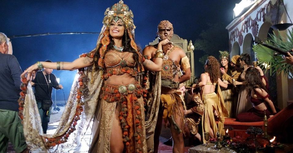 """10.dez.2016 - O ator Raphael Vianna (Herodes) e a modelo Aline Riscado (Herodiades) gravaram a cena """"Bacanal de Herodes"""" na noite desta sexta-feira na madrugada deste sábado"""