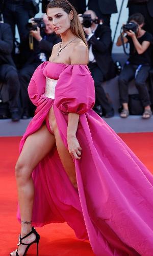 Dayane Mello usa vestido rosa bufante com fenda sem calcinha em Cannes 2016