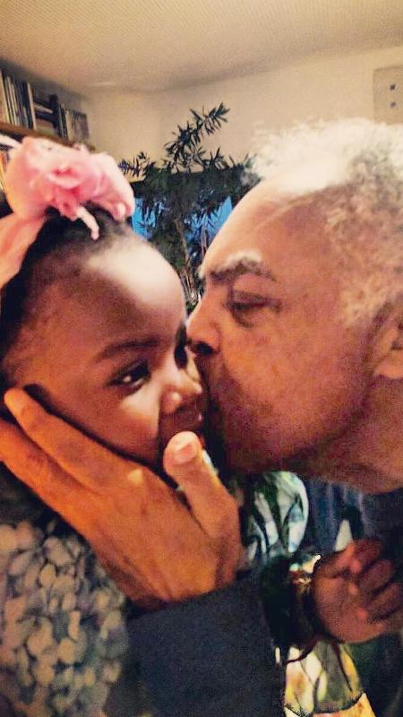 Gilberto Gil conhece Titi, filha de Bruno Gagliasso e Giovanna Ewbank, e a beija - Reprodução/Instagram/gio_ewbank