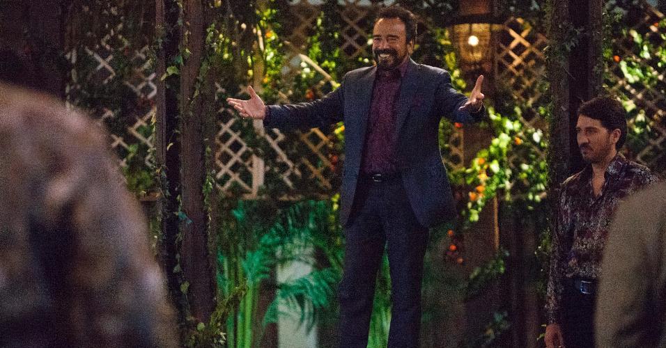"Gilberto Rodriguez Orejuela (Damian Alcazar), líder do Cartel de Cali, tenta deixar os negócios na terceira temporada de ""Narcos"""