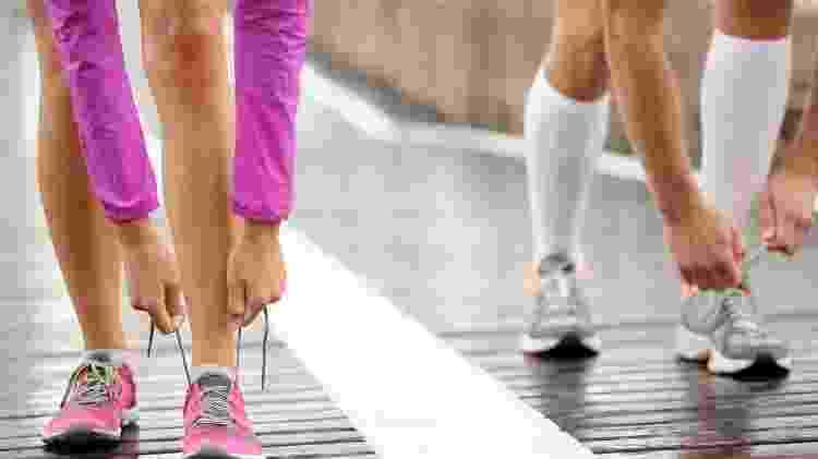 Calçando tênis de corrida - iStock - iStock