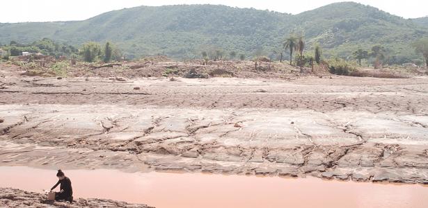 A artista Silvia Noronha coleta lama do desastre em Mariana - Wal Moraes