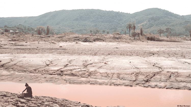 A artista Silvia Noronha coleta lama do desastre em Mariana - Wal Moraes - Wal Moraes