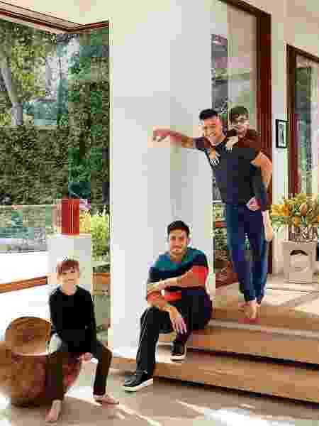 Ricky Martin, o marido Jwan Yosef, e seus gêmeos Valentino e Matteo - Reprodução/Architectural Digest