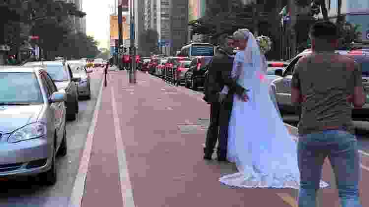 Casal apaixonado dá volta ao mundo tirando fotos de casamento - AFP - AFP
