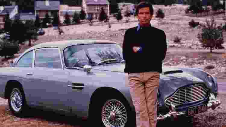 """Pierce Brosnan posa na frente do Aston Martin usado em """"007 Contra GoldenEye"""" - Reprodução - Reprodução"""