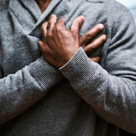 Ataque cardíaco é um termo que pode ser usado para vários problemas, como infarto, parada cardíaca e morte súbita - PeopleImages/Istock