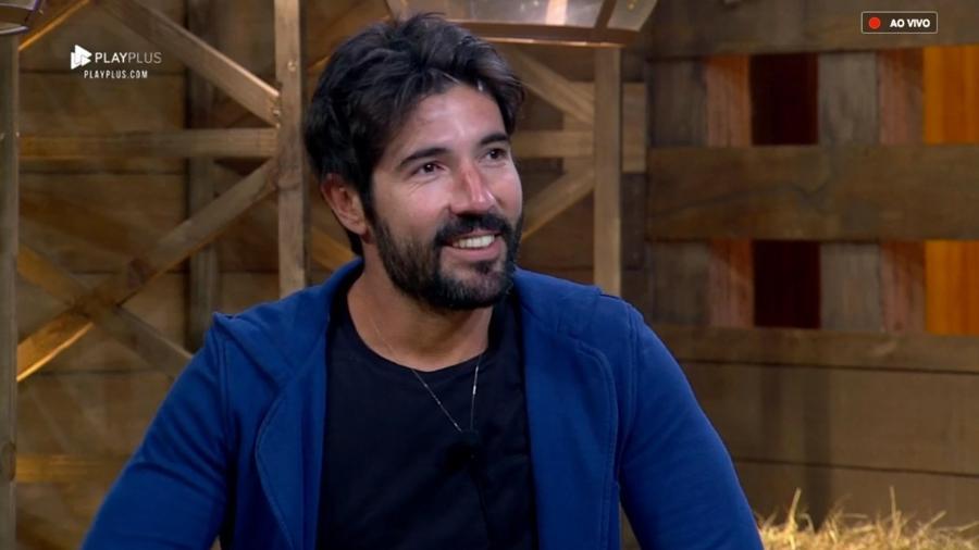 Sandro Pedroso conversa com Marcos Mion após a eliminação - Reprodução/PlayPlus