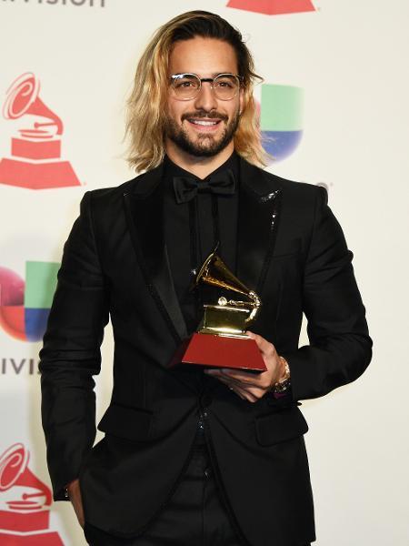 Maluma posa com Grammy de melhor álbum pop vocal contemporâneo - Bridget Bennett/AFP