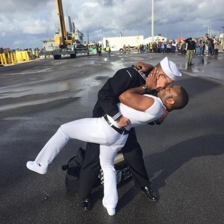 Marinheiro beijou marido ao voltar de uma viagem de trabalho de sete meses - Reprodução/Facebook