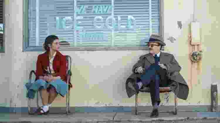 """India Eisley e Jefferson Mays em cena de """"I Am the Night"""" - Divulgação/IMDb - Divulgação/IMDb"""