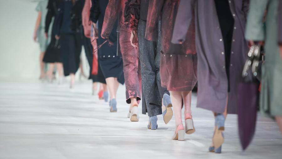 Desfile de moda apenas com modelos brancas - Getty Images/iStockphoto