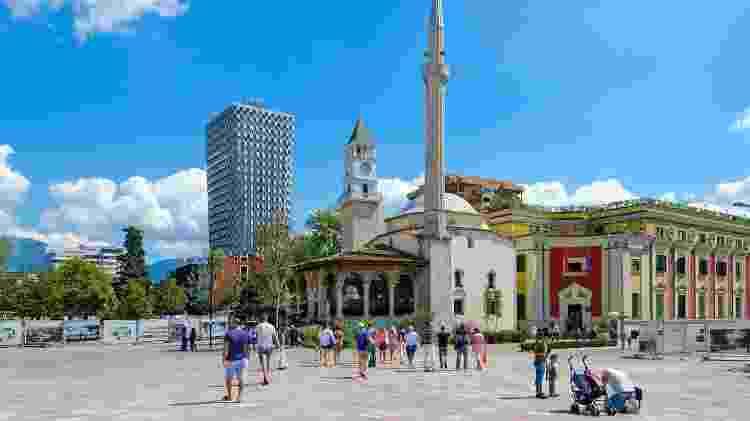 Praça de Skanderbeg. Baía de Efem mesquita, torre do relógio, Plaza Hotel, em Tirana (Albânia) - Getty Images