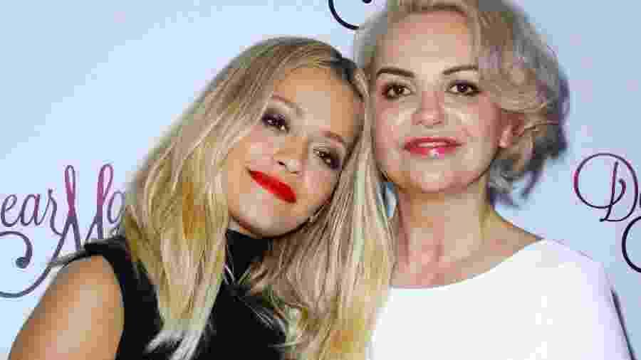 03.05.2016 - Rita Ora (à esq.) com a mãe, Vera, em evento em Nova York (EUA) - Donna Ward/Getty Images