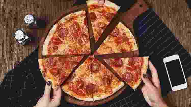 Duas fatias de pizza possuem cerca de 10g de gordura saturada, metade do limite diário sugerido para as mulheres, e um terço da quantidade recomendada para os homens - Getty Images - Getty Images