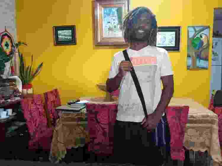 Leandro Batz usando a bolsa transversal feita à mão - Arquivo Pessoal - Arquivo Pessoal