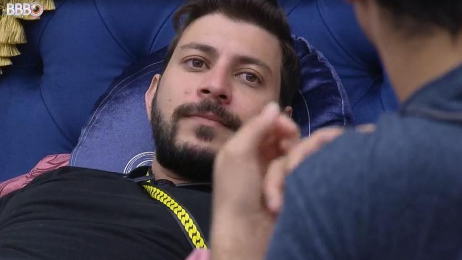 BBB 21: Caio conversa com Gilberto no quarto do líder - Reprodução/ Globoplay